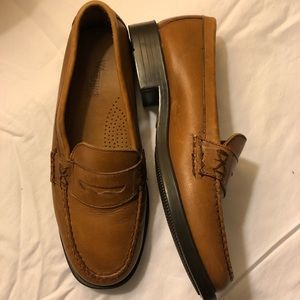 Bass brown leather Weejuns loafers NWOT